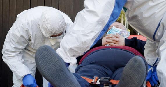 """Przeprowadzone w ostatnich dniach ponowne testy wśród pensjonariuszy bytomskiego DPS """"Kombatant"""" potwierdziły zakażanie koronawirusem u 38 z nich, w przypadku 74 podopiecznych badania dały wynik ujemny - podał Urząd Miejski. Poprawia się natomiast sytuacja w DPS-ie w Wierzbicy, gdzie wyzdrowiały kolejne osoby."""