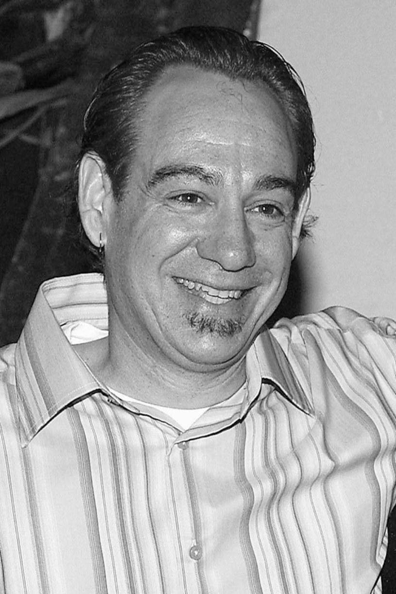 """W wieku 63 lat zmarł John Lafia. Był współtwórcą jednej z najbardziej ikonicznych postaci współczesnego horroru - morderczego bohatera filmu """"Laleczka Chucky"""". Jak podają serwisy informacyjne, Lafia popełnił samobójstwo - powiesił się."""