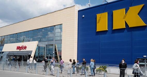 """Po wielotygodniowej przerwie otwarte zostały sklepy meblarskie. Klienci dostali sygnał, że mogą ruszyć na zakupy i tłumnie ruszyli do IKEI w Katowicach. O ogromnej kolejce, jaka rano ustawiła się do pisze """"Dziennik Zachodni""""."""