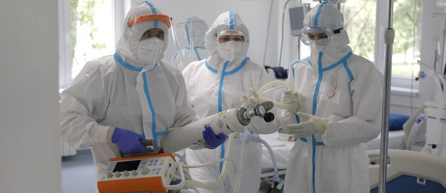 Resort zdrowia poinformował w poniedziałek o 313 kolejnych przypadkach koronawirusa w Polsce. Ministerstwo podało także informację o zgonach kolejnych 15 osób. Łącznie w Polsce odnotowano ponad 14 tys. zakażeń oraz 698 zgonów. 4 maja to także dzień rozpoczęcia II etapu luzowania obostrzeń wprowadzonych w związku z pandemią. Otwarte zostały m.in. galerie handlowe oraz hotele. Unijni liderzy na międzynarodowej wideokonferencji zorganizowanej przez Komisję Europejską zadeklarowali przekazanie 7,4 mld euro na badania i opracowanie szczepionki przeciw Covid-19. Na całym świecie wykryto blisko 3,6 mln zakażeń SARS-CoV-2.
