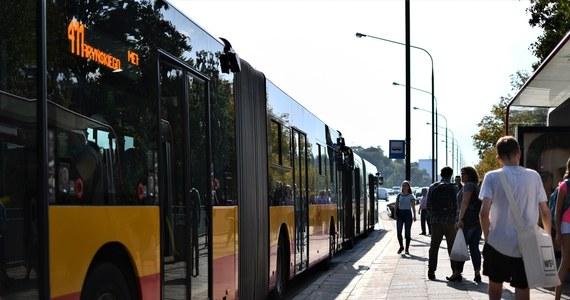 Unia Metropolii Polskich skierowała pismo do premiera Mateusza Morawieckiego z wnioskiem o zmianę zasad działalności komunikacji publicznej, w sytuacji łagodzenia ograniczeń związanych z pandemią koronawirusa. Samorządowcy uważają, że bez tego niemożliwe będzie obsłużenie rosnącej liczby pasażerów w autobusach i tramwajach.