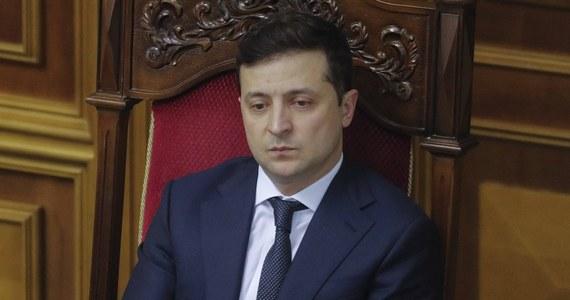 Ograniczenia związane z pandemią koronawirusa będą na Ukrainie łagodzone stopniowo, ponieważ ich całkowite zniesienie obecnie mogłoby poskutkować do końca roku dodatkowymi 120 tysiącami zgonów - oświadczył w poniedziałek prezydent tego kraju Wołodymyr Zełenski.
