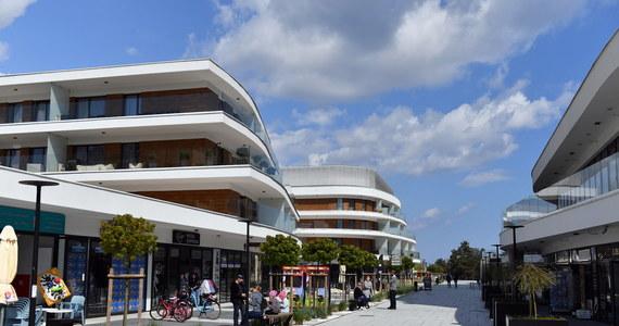 Mimo łagodzenia obostrzeń dotyczących działalności hotelarskiej, duże pensjonaty i hotele w kurortach pozostają zamknięte. Na otwarcie obiektów decydują się zwykle właściciele kwater i pensjonatów, którzy ponoszą mniejsze koszty zw. z zapewnieniem ochrony przed koronawirusem.