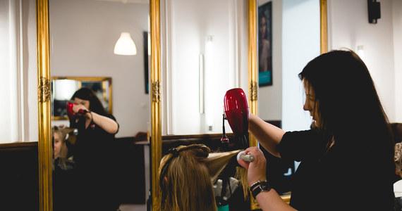 Od poniedziałku, 4 maja działają m.in. galerie handlowe. Jednak wciąż nie mogą uruchomić działalności zakłady fryzjerskie i kosmetyczne. Sytuacji nie rozumieją pracownicy tych miejsc, dla których dezynfekcja po każdym kliencie foteli, blatów i akcesoriów jest standardem, obowiązującym niezależnie od epidemii.