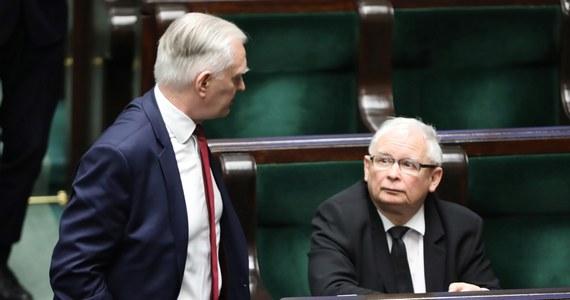 Jeśli posłowie Porozumienia zagłosują w Sejmie przeciw ustawie o głosowaniu korespondencyjnym będą musieli opuścić klub parlamentarny Prawa i Sprawiedliwości oraz Zjednoczoną Prawicę - powiedział PAP szef Komitetu Wykonawczego PiS Krzysztof Sobolewski.