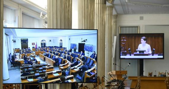 Senatorowie w stosunku 50 do 35 zdecydowali o odrzuceniu w całości specustawy o szczególnych zasadach przeprowadzania wyborów powszechnych na Prezydenta Rzeczypospolitej Polskiej zarządzonych w 2020 roku. Jeden senator wstrzymał się od głosowania. Marszałek Senatu Tomasz Grodzki ogłosił przerwę w obradach do jutra do godziny 10. Ustawa wraca teraz do Sejmu.