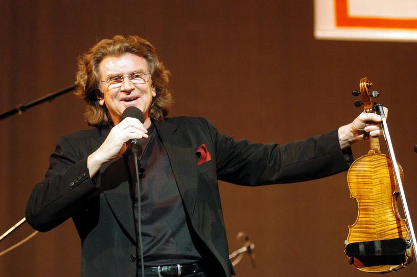 """Fundacja im. Zbigniewa Wodeckiego zaprosiła Joannę Kulig do zaśpiewania kolędy """"Cicha noc"""" w wyjątkowym duecie ze zmarłym muzykiem. Udało się to, dzięki temu, że po 15 latach odnaleziono nagranie, na którym Zbigniew Wodecki zaśpiewał ten utwór."""