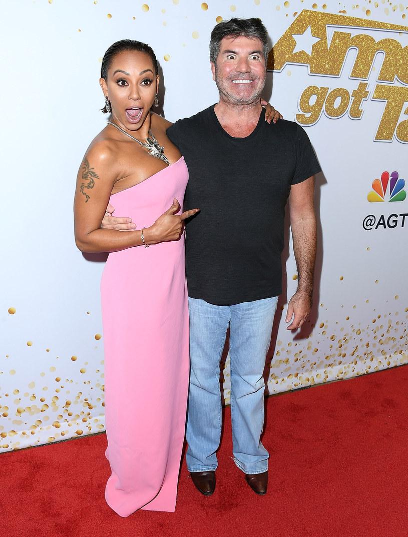 """Juror i łowca talentów Simon Cowell stanowczo oświadczył, że nie ma romansu z wokalistką i byłą jurorką amerykańskiego """"Mam talent"""" Mel B."""