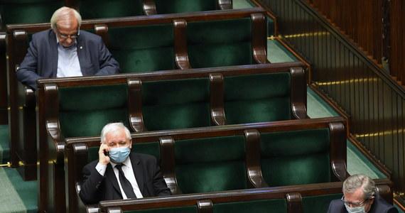 Wiadomość dnia; Zjednoczona Prawica udowodniła, że potrafi osiągnąć porozumienie w sprawach najważniejszych dla Polski i pozostaje jednością - podkreślają  zgodnie politycy PiS i Porozumienia komentując wspólnej oświadczenie  Jarosława Kaczyńskiego i Jarosława Gowina ws. wyborów.