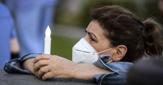 W USA odnotowano w ciągu minionej doby 2073 zgony osób zakażonych koronawirusem; to drugi dzień z rzędu, gdy bilans wzrasta o ponad 2 tys. - wynika z danych Uniwersytetu Johnsa Hopkinsa w Baltimore. Od początku epidemii zmarło już 73 095 Amerykanów.