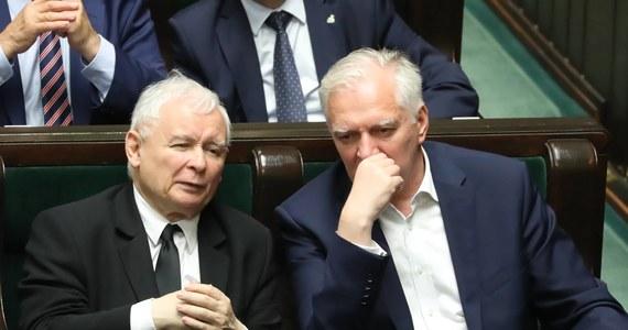 """""""Mrożek by czegoś takiego nie wymyślił"""" - tak konstytucjonalista profesor Ryszard Piotrowski komentuje porozumienie Jarosława Kaczyńskiego i Jarosława Gowina w sprawie ogłoszenia nowych wyborów prezydenckich. Obaj politycy argumentują, że marszałek Sejmu ma ogłosić nowe wybory w związku z przewidywanym uznaniem nieważności przez Sąd Najwyższy, wobec ich nieodbycia."""