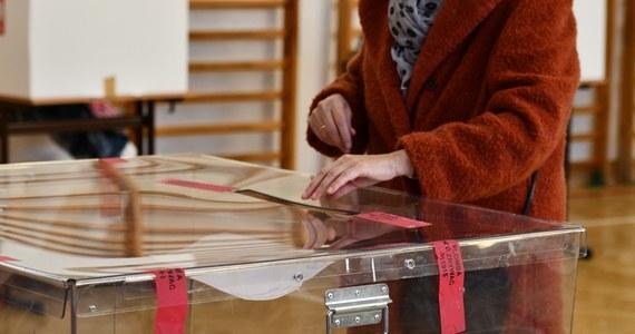 """""""Wybory to przede wszystkim komisje wyborcze, do których głosy są dostarczane, które liczą te głosy, tworzą protokoły i mają tutaj absolutnie kluczową rolę. Tych komisji wyborczych nie powołuję ani ja, ani żaden inny minister, ani poczta, tylko Państwowa Komisja Wyborcza działając poprzez Krajowe Biuro Wyborcze. Nic się tutaj nie zmienia"""" – powiedział w Porannej rozmowie w RMF FM minister aktywów państwowych Jacek Sasin."""