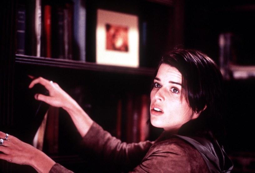 """Rola Sidney Prescott w serii filmów """"Krzyk"""" przyniosła Neve Campbell sporą popularność i wciąż jest najbardziej rozpoznawalną w jej karierze. Producenci przygotowywanej właśnie piątej części tego cyklu uznali więc, że aktorka powinna po raz kolejny wcielić się w tę postać. Dlatego od kilku tygodni prowadzą z nią rozmowy i próbują przekonać, by po raz kolejny powróciła do ikonicznej roli."""
