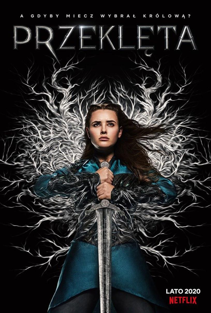 """""""Przeklęta"""" to zainspirowany legendami arturiańskimi serial, który jeszcze latem trafi na platformę Netflix. W głównej roli wystąpi w nim znana z """"Trzynastu powodów"""" Katherine Langford. Do sieci trafiły właśnie pierwsze zdjęcia z tej produkcji."""