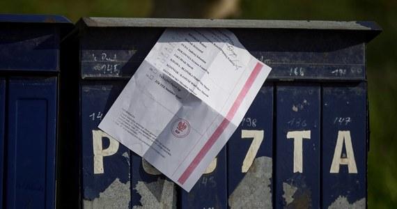 Państwowa Komisja Wyborcza ogłaszając wczoraj, że zarządzone na najbliższą niedzielę głosowanie nie może się odbyć przypomniała, że to Sejm odebrał jej prawne możliwości drukowania kart do głosowania. Chodzi o art. 102 tzw. Tarczy 2.0, uchwalonej 16 kwietnia. Prześledziliśmy losy przepisu, wprowadzonego do Tarczy jako poprawka PiS. Wygląda na to, że nie przeprowadzono nad nim żadnej dyskusji, a część posłów nie miała pojęcia nad czym głosuje.