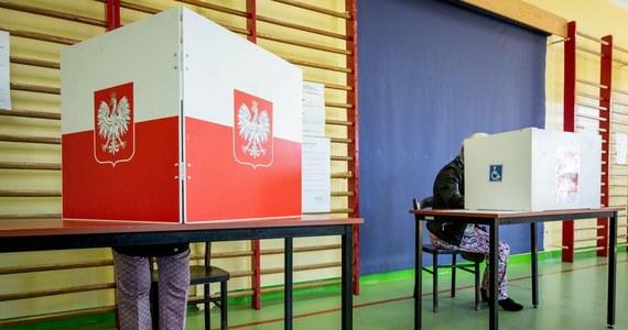 Prawo i Sprawiedliwość chce przeprowadzić wybory prezydenckie 28 czerwca - wynika z nieoficjalnych doniesień z Nowogrodzkiej. Ten termin może być jednak bardzo trudny do zrealizowania. Wczoraj rozmawiali o tym najważniejsi politycy Zjednoczonej Prawicy. Ponieważ dogadać się nie mogli, to poważnie rozważali zrobienie ich już za dwa tygodnie, 23 maja.