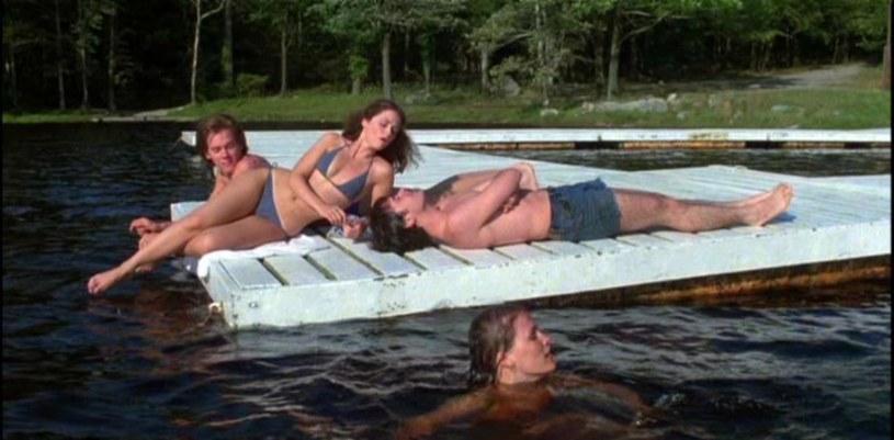 """9 maja 1980 roku do amerykańskich kin trafił wyreżyserowany przez Seana S. Cunninghama slasher """"Piątek trzynastego"""". Opowiadał o grupie opiekunów obozu letniego, których atakuje tajemniczy morderca. Choć nikt się tego nie spodziewał, film odniósł ogromny sukces i zapoczątkował jedną z najbardziej rozpoznawalnych serii w historii kina."""