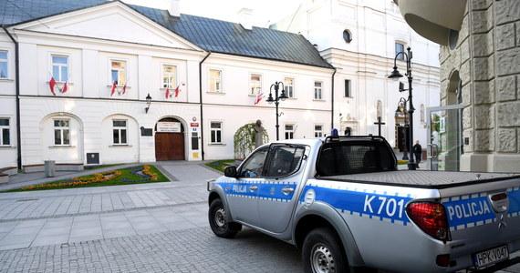 Za serią fałszywych alarmów bombowych podczas zeszłorocznych egzaminów maturalnych stoją rosyjskie specsłużby. Jak dowiedzieli się reporterzy śledczy RMF FM, takie są pierwszoplanowe ustalenia polskich śledczych badających ten internetowy atak. Przypomnijmy, że w trakcie egzaminów maturalnych maile z groźbami dotarły do prawie 700 szkół w całej Polsce.