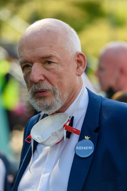 """Poseł Konfederacji Janusz Korwin-Mikke zdecydował się dołączyć do akcji #Hot16Challenge2 i nagrał zwrotkę, w której grozi, że """"socjaliści będą wisieli""""."""