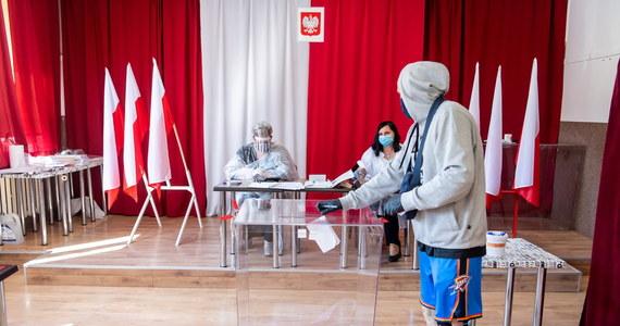 Głosowanie będzie odbywać się w lokalach wyborczych, ale każdy kto będzie chciał, będzie mógł wybrać sposób głosowania w trybie korespondencyjnym - mówił o założeniach projektu nowej ustawy dotyczącej wyborów prezydenckich 2020 r. Przemysław Czarnek z PiS. Przywrócona zostaje też rola PKW - dodał. Projekt został już złożony w Sejmie.