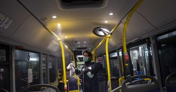 Do tramwajów i autobusów wejdzie 2-3 razy więcej pasażerów niż dziś – ustalili dziennikarze RMF FM. Otwarte zostaną też zakłady fryzjerskie i kosmetyczne oraz bary, kawiarnie i restauracje. Jutro na konferencji prasowej premier ma ogłosić kolejny etap luzowania ograniczeń, który zacznie obowiązywać od poniedziałku 18 maja.