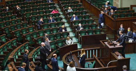"""We wtorek Sejm zajął się w pierwszym czytaniu projektem ustawy autorstwa PiS, który przewiduje, że głosowanie w wyborach prezydenckich w 2020 r. będzie odbywać się w lokalach wyborczych, ale będzie też możliwość głosowania korespondencyjnego. Posłowie - po przerwie ogłoszonej przez marszałek Witek do 15:30 - przystąpili do drugiego czytania. Posłanka PiS Mirosława Stachowiak-Różecka złożyła wniosek """"o przystąpienie do trzeciego czytania projektu ustawy"""". Wieczorem posłowie rozpoczęli głosowanie nad poprawkami. Jest ich 47, niektóre są głosowane łącznie."""