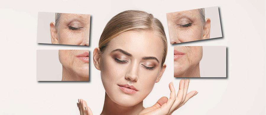 """Wraz z wiekiem zmienia się całe nasze ciało. Najbardziej widoczne zmiany zachodzą oczywiście na zewnątrz i dotyczą wyglądu skóry i kształtu twarzy, ale tak naprawdę proces starzenia dotyczy wszystkich komórek naszego organizmu. Od urodzenia aż do wieku kilkunastu lat dojrzewamy i rośniemy. Przez następnych kilka lat organizm utrzymuje się w stanie względnej równowagi. Mniej więcej po 25-tym roku życia rozpoczyna się już widoczny proces starzenia. Dlaczego właściwie tak się dzieje? Jak przebiega ten proces? Na te, jak i inne pytania również w kontekście estetyki odpowiada dr Marek Wasiluk – ekspert portalu """"Twoje Zdrowie""""."""