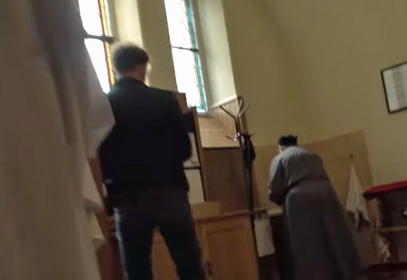 """Właśnie ukazał się zwiastun najnowszego dokumentu braci Tomasza i Marka Sekielskich o molestowaniu seksualnym w Kościele. Nie brakuje w nim wstrząsających wyznań i konfrontacji po latach. Cały film pojawi się w internecie w sobotę, 16 maja. """"Zabawę w chowanego"""" będzie można obejrzeć za darmo na YouTubie."""
