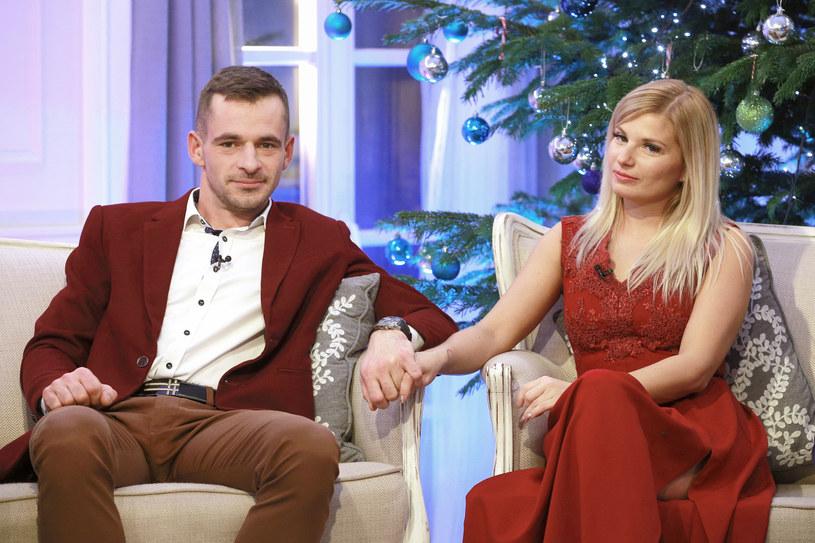"""Adrian i Ilona zgłosili się do 6. edycji programu: """"Rolnik szuka żony"""" i... odnaleźli miłość! O tym, że ich związek ma się bardzo dobrze, świadczyć może najnowsze zdjęcie zakochanej pary."""