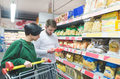 Gwałtownie rośnie liczba osób patrzących na pochodzenie żywności. Zyskują polscy producenci