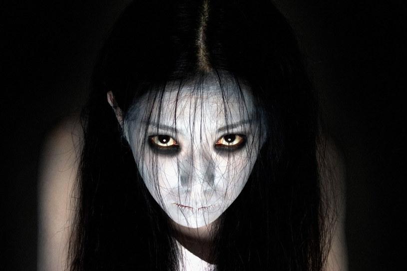 """Seria """"Klątwa"""", która liczy już trzynaście filmów, teraz doczekała się serialu. Zrealizował go Netflix, który właśnie udostępnił zwiastun tej produkcji opartej na motywach historii opowiedzianej przez Takashiego Shimizu po raz pierwszy w 1998 roku. Premiera serialu """"Ju-On: Origins"""" już 3 lipca."""
