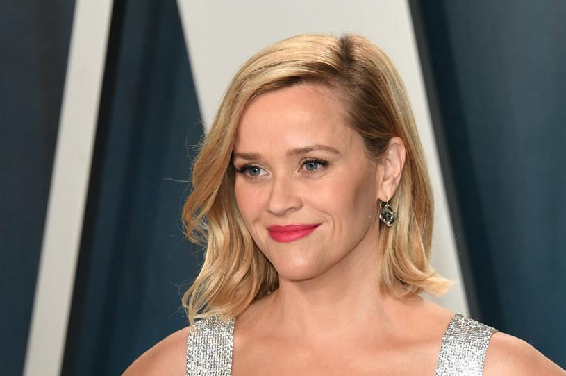 """Reese Witherspoon, zdobywczyni Oscara za rolę w filmie """"Spacer po linie"""", kontynuuje swoją """"podróż"""" po serwisach streamingowych. Po nakręconych dla Apple TV+ i Hulu serialach """"The Morning Show"""" i """"Little Fires Everywhere"""" oraz występie w """"Wielkich kłamstewkach"""" HBO, tym razem Reese Witherspoon zobaczymy w dwóch komediach romantycznych nakręconych dla Netfliksa."""
