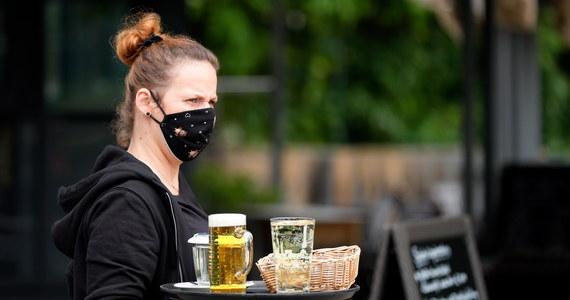 Od poniedziałku 18 maja znów mogą działać bary, kawiarnie i restauracje. To trzeci etap luzowania obostrzeń przez rząd. Na razie nie zdecydowano się na złagodzenie restrykcji ws. organizacji wesel.