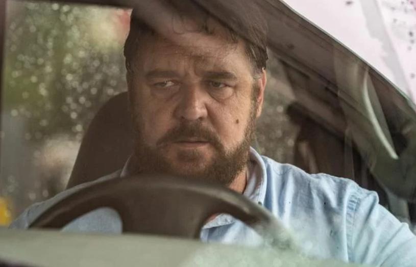 """Russell Crowe dalej w formie, jaką prezentował w serialu """"Na cały głos"""" – kpią internauci, odnosząc się do jego sporej nadwagi aktora, która niewiele zmieniła się od czasu występu w zeszłorocznym serialu stacji Showtime.  W thrillerze """"Unhinged"""", którego zwiastun zadebiutował właśnie w internecie, Crowe ponownie zagra czarny charakter."""