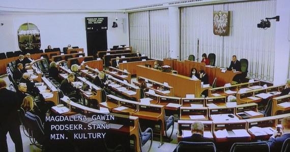 Senat przyjął projekt noweli ustawy o szczególnych rozwiązaniach związanych z zapobieganiem, przeciwdziałaniem i zwalczaniem COVID-19. Proponowane przepisy mają na celu rozwiązanie problemów organizacji pozarządowych. Teraz projekt zostanie skierowany do Sejmu.
