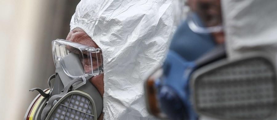 Ministerstwo Zdrowia w środę odnotowało łącznie 322 nowe przypadki koronawirusa w Polsce. 23 osoby zmarły. Łącznie w naszym kraju zanotowano 17 204 zakażenia oraz 861 zgonów. Premier oraz ministrowie zdrowia i edukacji ogłosili także szczegóły trzeciego etapu luzowania obostrzeń, wprowadzonych w ramach walki z epidemią SARS-CoV-2. Od 18 maja otwarte będą m.in. salony fryzjerskie i kosmetyczne, a także ogródki restauracyjne. Także inne kraje przygotowują się do odmrażania gospodarki, m.in. Belgia, Włochy, Bułgaria czy Stany Zjednoczone. Na całym świecie odnotowano ponad 4,4 mln przypadków zakażeń, a niemal 300 tys. osób zmarło.