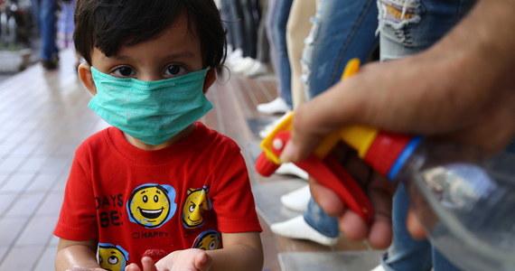 W Wielkiej Brytanii odnotowano już 100 przypadków nowego schorzenia u dzieci, które może być powiązane z koronawirusem. Przypomina symptomami chorobę Kawasakiego, a określana jest jako wielosystemowy zespół zapalny. Lekarze nie ignorują tego faktu, ale apelują, by w natłoku informacji nie wpadać w panikę.