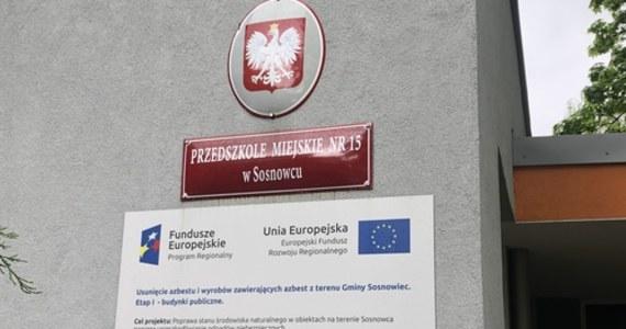 Publiczne przedszkola i żłobki w Gliwicach będą zamknięte przynajmniej do 24 maja. Ze względu na wzrastającą liczbę zakażonych koronawirusem w mieście i regionie, samorząd postanowił o tydzień przesunąć termin. Wcześniej władze Rybnika, gdzie również jest duże ognisko koronawirusa, informowały, że przedszkola i żłobki ruszą najwcześniej właśnie 25 maja.