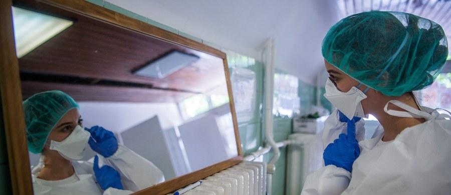 Ponad 400 przypadków koronawirusa odnotowano w czwartek w Polsce. 22 osoby zmarły. Łącznie od początku pandemii w naszym kraju zanotowano 17 615 zakażeń oraz 883 zgony. Polska przygotowuje się do luzowania obostrzeń – od 18 maja otwarte będą m.in. bary, restauracje oraz salony fryzjerskie i kosmetyczne. Według danych Uniwersytetu Johna Hopkinsa z Baltimore na całym świecie na Covid-19 zmarło ponad 300 tys. osób. Najwięcej zgonów jest w Stanach Zjednoczonych - ponad 85 tys., a w czterech krajach zmarło ponad 20 tys. osób - w Wielkiej Brytanii, Włoszech, Francji i Hiszpanii. Do tej pory na świecie zanotowano ponad 4,5 mln zakażeń.