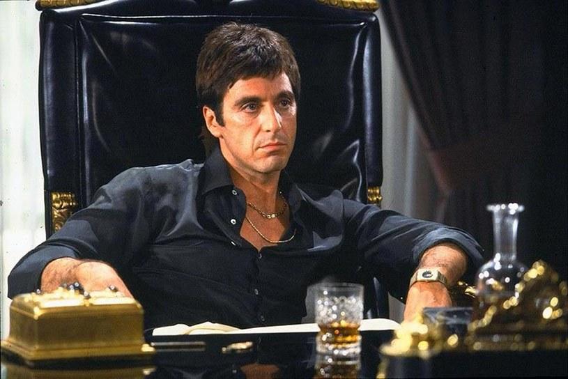 """Studio Universal szykuje się do kolejnej ekranizacji powieści Armitage'a Traila """"Człowiek z blizną"""". Najsłynniejszy film na jej podstawie wyreżyserował Brian De Palma, a w roli głównej wystąpił w nim Al Pacino. Tym razem realizacją filmu zajmie się włoski reżyser Luca Guadagnino, twórca głośnych """"Tamtych dni, tamtych nocy""""."""