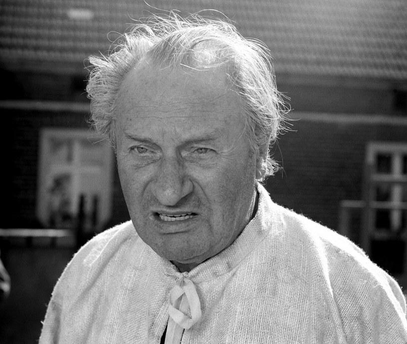 """Dzięki filmom """"Sami swoi"""", """"Nie ma mocnych"""" oraz """"Kochaj albo rzuć"""" stał się jednym z najbardziej popularnych i uznanych polskich aktorów. W poniedziałek, 18 maja, Władysław Hańcza obchodziłby 115. urodziny."""