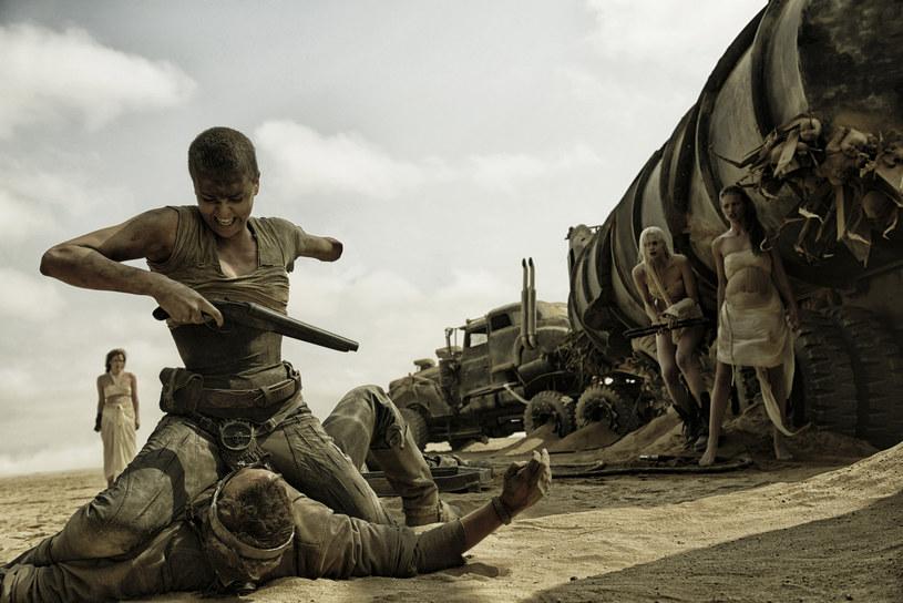 """""""Mad Max: Na drodze gniewu"""" to jeden z najlepiej ocenianych filmów ostatnich lat. Od czasu jego premiery w 2015 roku fani wciąż pytają, czy będzie ciąg dalszy. Ostatnie doniesienia wskazują na to, że prace nad kolejnym filmem cyklu ruszą już wkrótce. W wywiadzie udzielonym """"New York Timesowi"""" George Miller zapowiedział, że Max nie będzie główną postacią nowej odsłony serii. Będzie nią Cesarzowa Furiosa, którą w filmie """"Na drodze gniewu"""" grała Charlize Theron."""