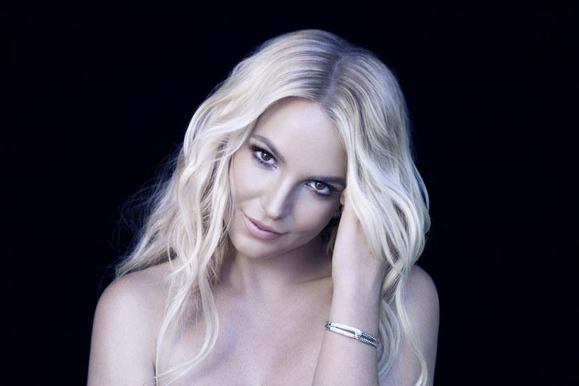 """Fani Britney Spears sprawili, że jej płyta """"Glory"""" trafiła ponownie na pierwsze miejsce iTunes w USA. Ta w ramach podziękowań postanowiła pokazać odświeżoną okładkę płyty."""