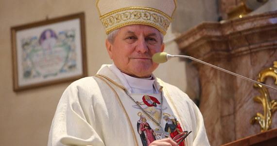 """Biskup Edward Janiak, ordynariusz diecezji kaliskiej będzie musiał się tłumaczyć przed Stolicą Apostolską. W filmie braci Sekielskich """"Zabawa w chowanego"""" pokazany został przypadek, jak ten hierarcha tuszuje i ukrywa przypadki molestowania seksualnego dzieci przez księdza. Ordynariuszowi może grozić nawet usunięcie z urzędu."""