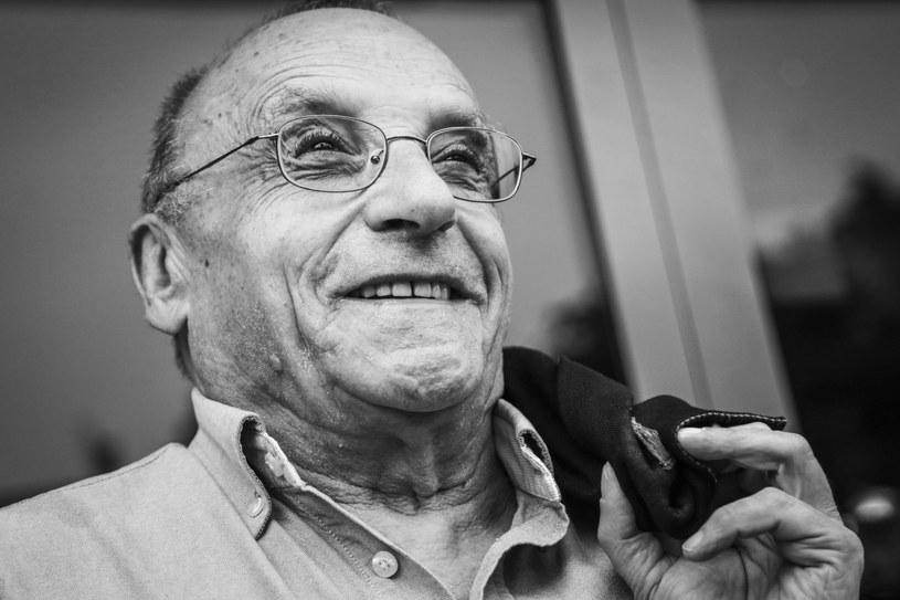 """""""Życie jest jak film dokumentalny. Patrzę tak sobie ciągle na ten film dokumentalny bez myślenia o końcu, bo nie wiem, ile jeszcze taśmy zostało w kasecie"""" - powiedział Marcel Łoziński, wybitny reżyser dokumentalista, autor m.in. """"89 mm od Europy"""", który w niedzielę, 17 maja, kończy 80 lat."""
