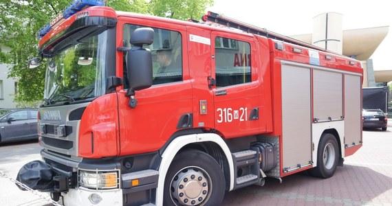 Jedna osoba została poparzona, a 17 ewakuowano po wybuchu gazu w budynku wielorodzinnym w Sławnie. Część z tych osób decyzją powiatowego inspektora budowlanego nie może wrócić do swoich mieszkań - powiedział oficer prasowy PSP w Sławnie.