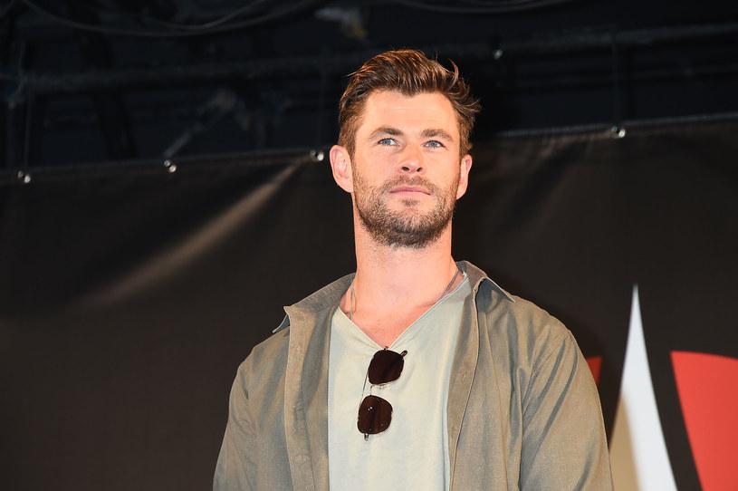 """Chris Hemsworth, australijski aktor, który ostatnio zagrał w przebojowym filmie """"Tyler Rake: Ocalenie"""" miesiąc temu zaproponował sześć tygodni darmowego ćwiczenia fitness w aplikacji online. Wielu z tych, którzy się na to skusili, są mu teraz winni pieniądze."""