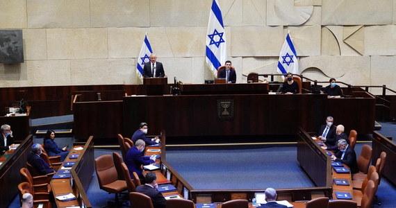 Po ponad 500 dniach tymczasowego rządu, nowy, 35. gabinet w historii Izraela został w niedzielę zatwierdzony przez 120-osobowy Kneset, 73 głosami za i przy 46 przeciw. Jako pierwszy zaprzysiężony został szef partii Likud Benjamin Netanjahu w charakterze szefa nowego rządu.