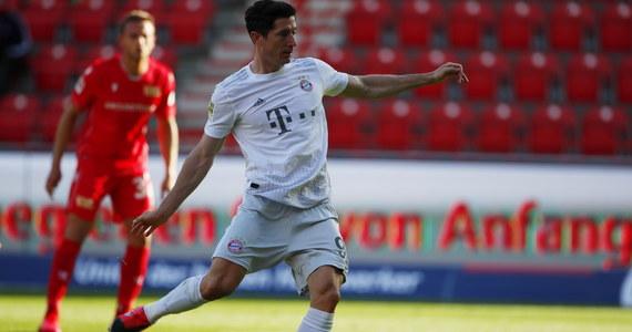 W pierwszym występie po przerwie spowodowanej pandemią koronawirusa Robert Lewandowski zdobył dla Bayernu Monachium gola z rzutu karnego, a jego zespół pokonał w Berlinie Union 2:0 w 26. kolejce niemieckiej ekstraklasy piłkarskiej. Bramki gospodarzy strzegł Rafał Gikiewicz.