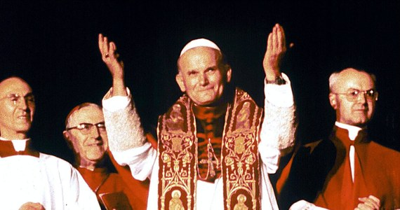 Dziś mija 100. rocznica urodzin św. Jana Pawła II. Karol Wojtyła urodził się w Wadowicach 18 maja 1920 roku. Zmarł jako głowa Kościoła w Watykanie w wieku 85 lat 2 kwietnia 2005 roku. Podczas uroczystej mszy na Placu Świętego Piotra 27 kwietnia 2014 papież Franciszek ogłosił Polaka świętym.